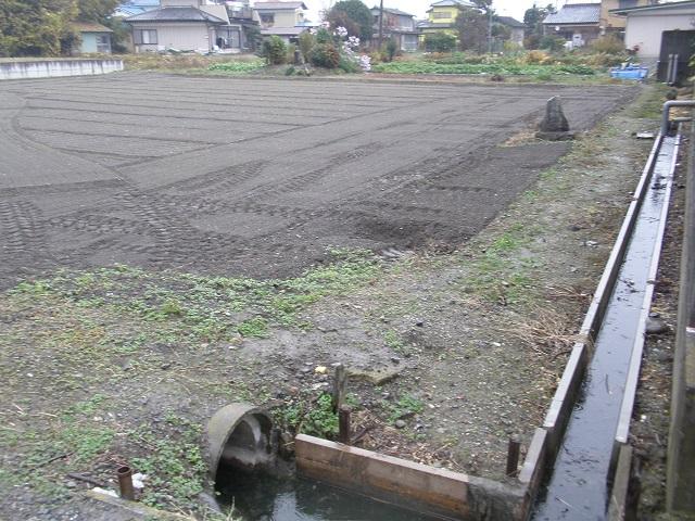 Fig5_水源の石碑_道路より見る.jpg
